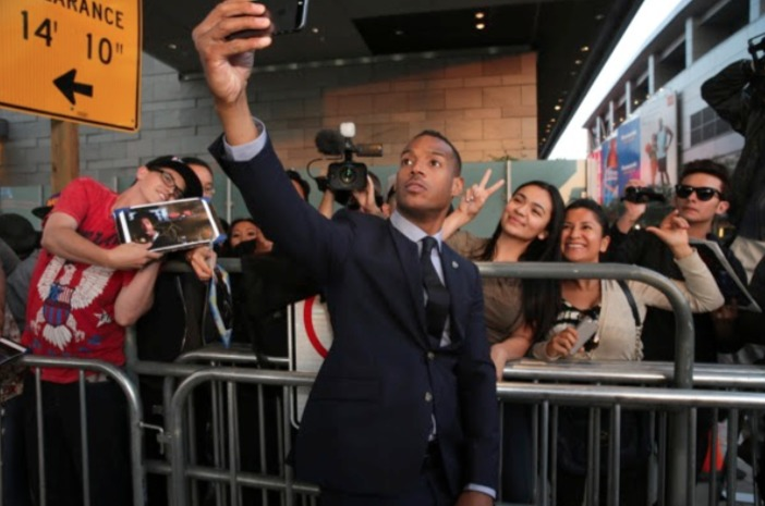 """Self-proclaimed """"Selfie King"""" Marlon Wayans take picture with fans"""