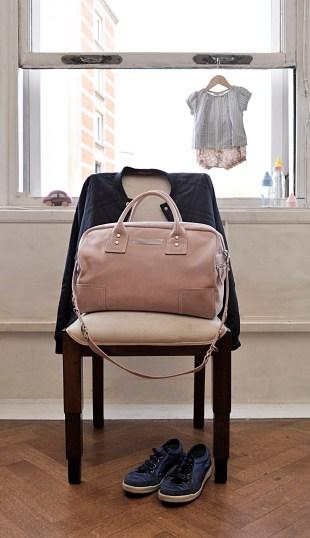 Quand Clio revisite le cac à langer, cela donne le Mom Bag, un sac non seulement classe mais ultra-pratique et qui s'accroche facilement à la poussette. Et quand bébé a grandi, ça en fait un sac de week-end tout aussi classe.