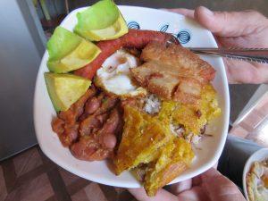 Eten bij locals Medellin Colombia