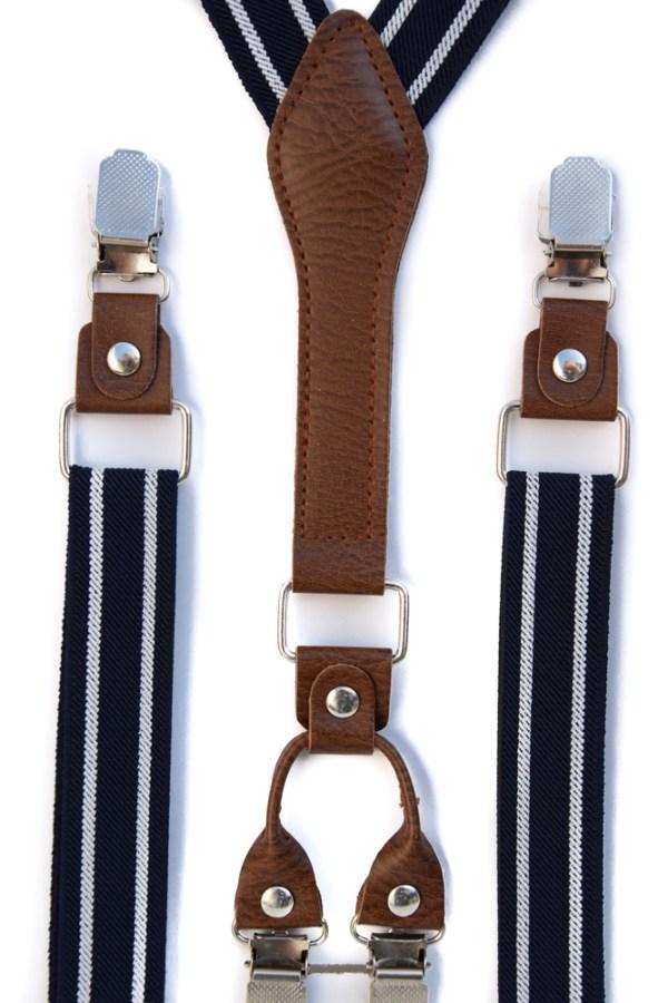 Donkerblauwe bretels met twee witte lijnen en met bruin leren verbindingen.