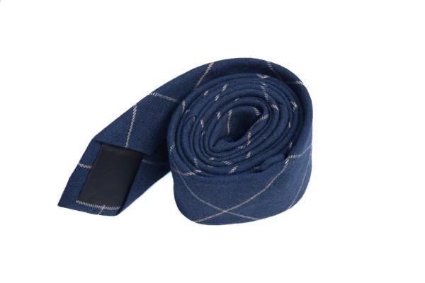 Blauwe stropdas met een geruite lichtblauwe lijn.