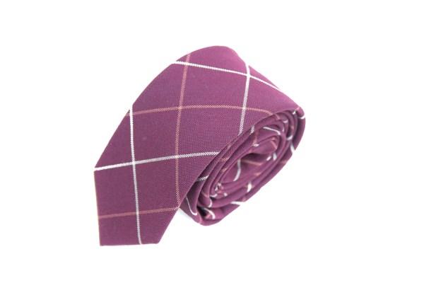 Rode stropdas met een geruite witte lijn.