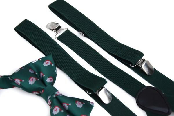 Groene bretels in een pakket met een groen strikje met kerst opdruk.