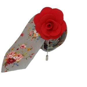 Grijze stropdas met wit bloemen motief en stoffen rode roos broche