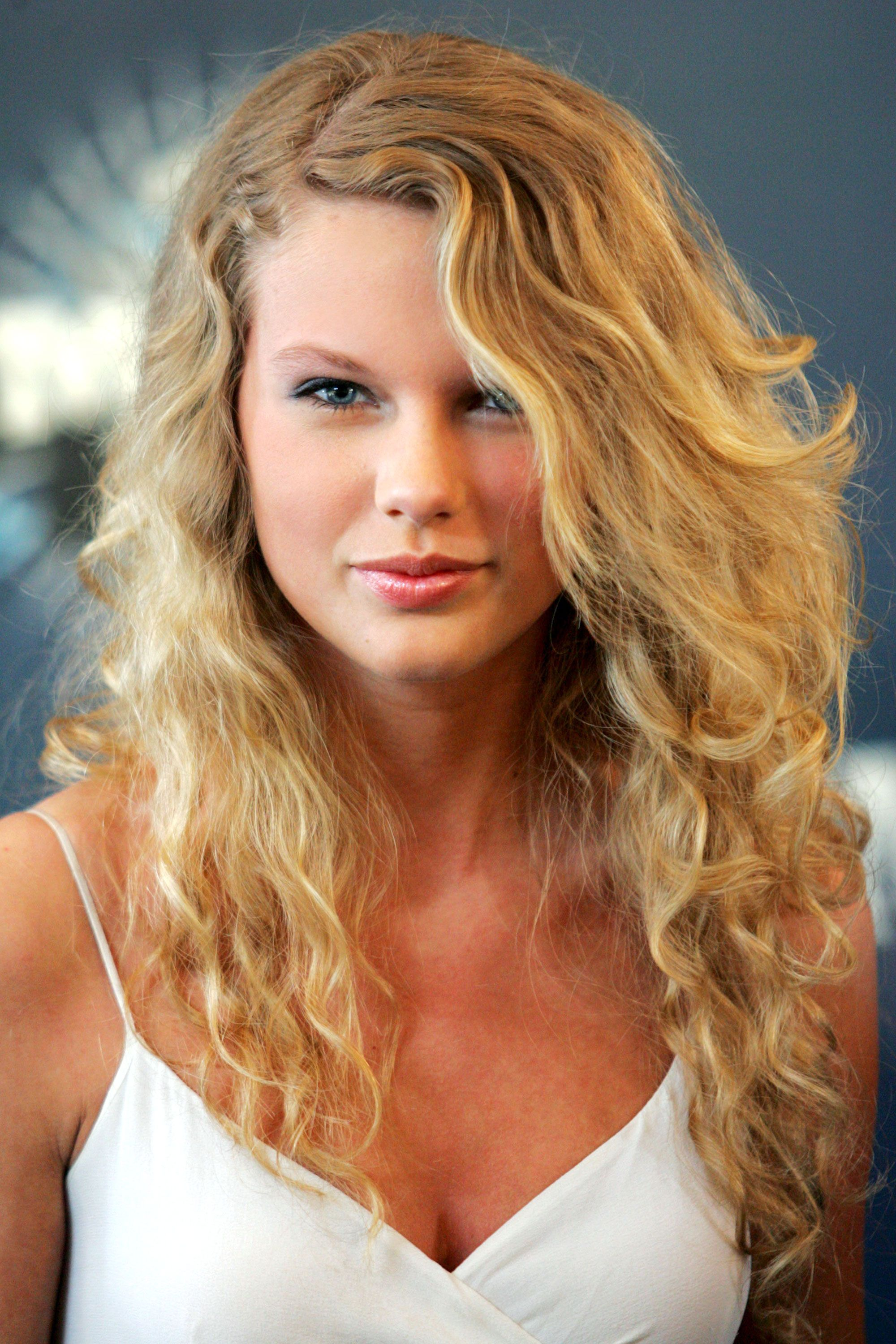 Taylor Swift Hairstyles Taylor Swift s Curly Straight Short