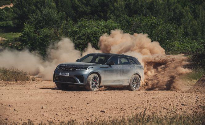 Door de verfijnde afstelling en extra V-8-vermogen wordt de Range Rover Velar SVR 2020 sport een verfijnde hot rod.