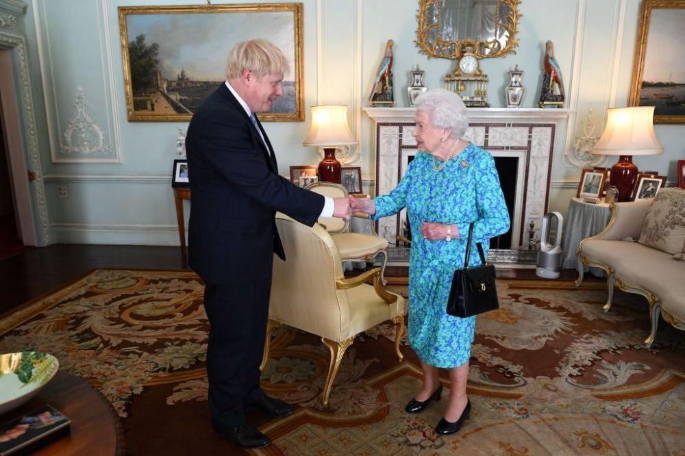 Queen Elizabeth Meets With Boris Johnson at Buckingham Palace ...