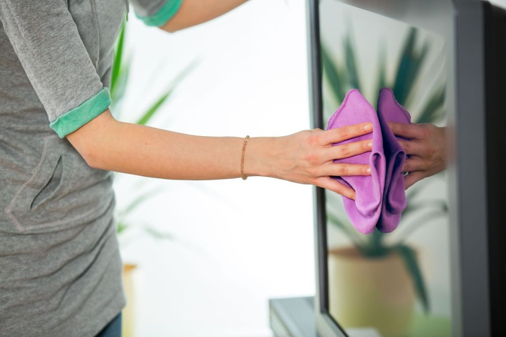 Cleaning TV with an antistatic cloth