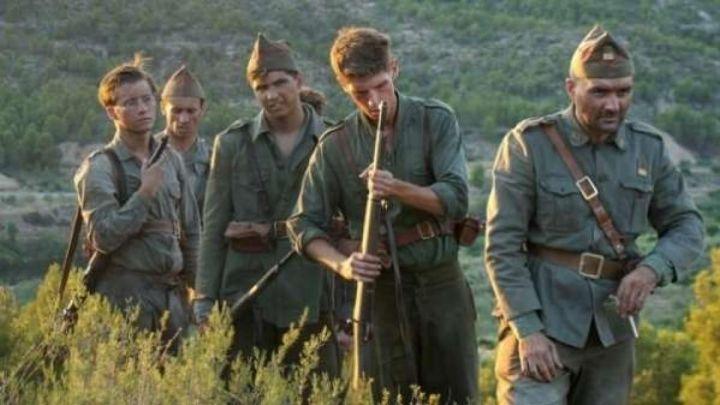 un grupo de soldados vienen de la guerra en la película ebro, de la cuna a la batalla