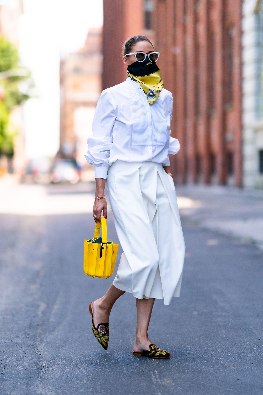 olivia palermo con pantalones blancos de entretiempo