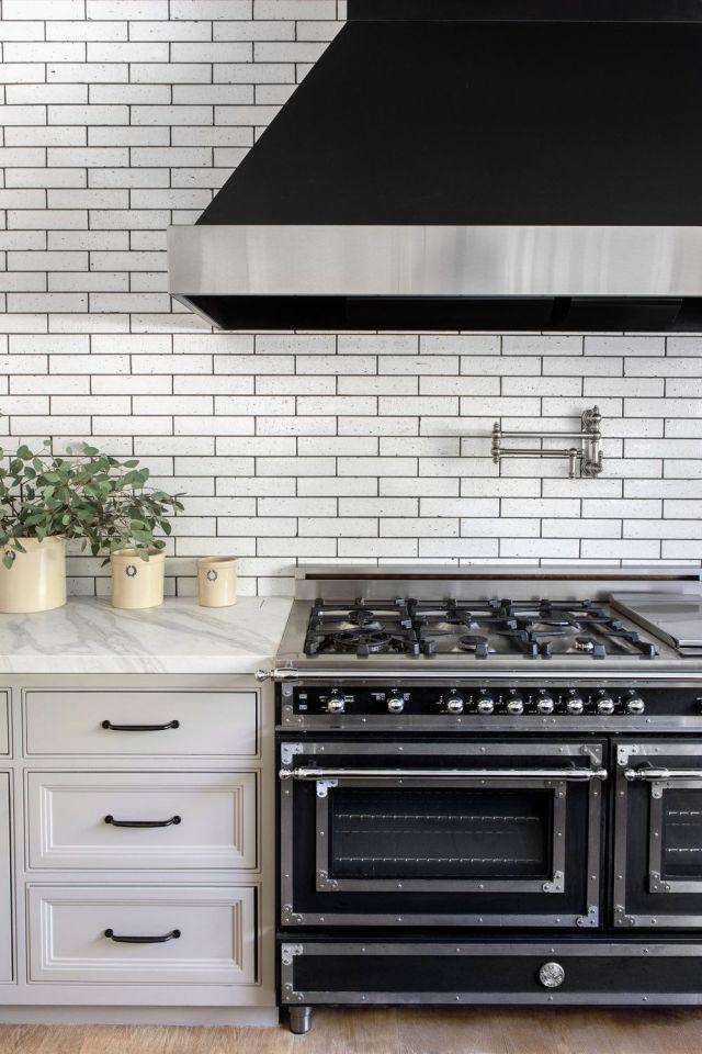 Encimera, Azulejos, Estufa de cocina, Cocina, Habitación, Muebles, Gabinetes, Estufa de gas, Aparato de cocina, Piso,
