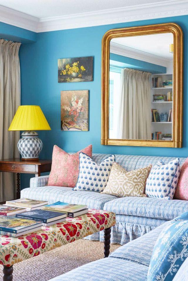 sala de estar azul con tapicería caprichosa