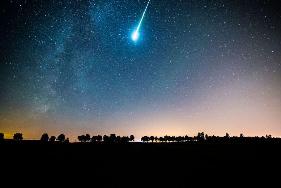 Gökyüzünde Meteor yağmuru ve yıldız alanının düşük açılı görünüş
