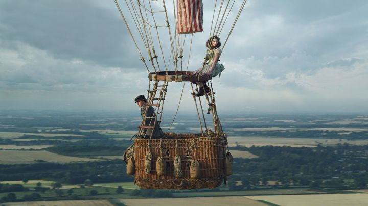dos personas viajan en un globo en la película the aeronauts
