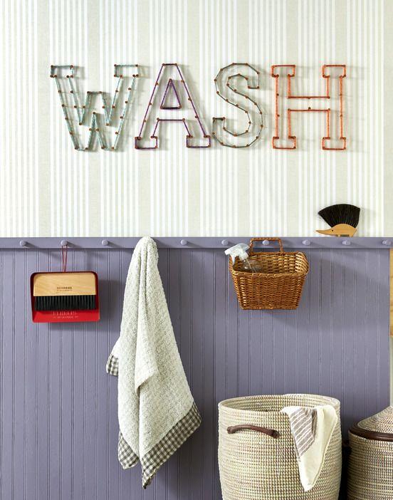 từ giặt được đánh vần bằng đinh và chuỗi trong phòng giặt