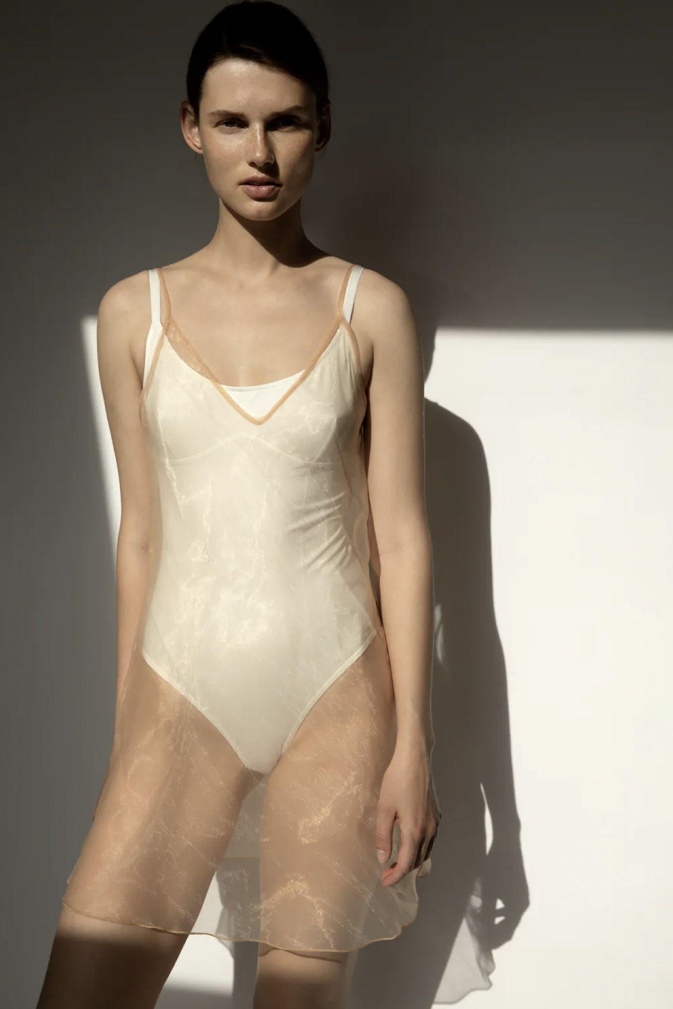 modelo con conjunto de lencería premium edición limitada de zara