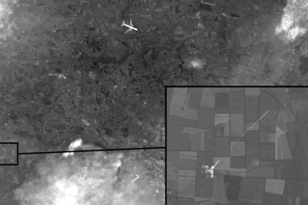 A kép bal sarkában azt láthatjuk, hogy a bekeretezett (nagyított) vadászgép levegő levegő rakétát indított, amely sajnos eltalálta az ártatlan civil utasokat szállító majás utasszállító gépet!