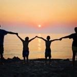 夕陽と手をつなぐ家族