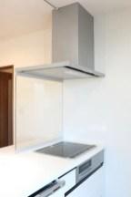 コンロ前はガラスです。掃除しやすい換気扇