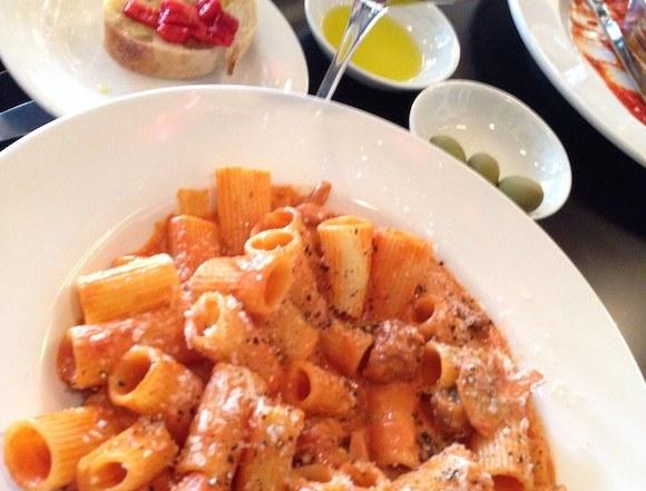 Rigatoni alla salsiccia with wine glass