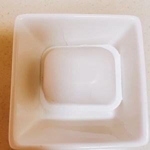 豆腐をお皿にひっくり返す