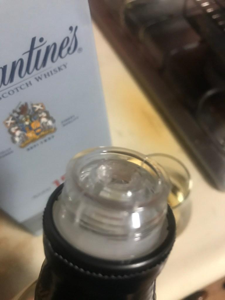 バランタイン15年の玉付きボトルの注ぎ口