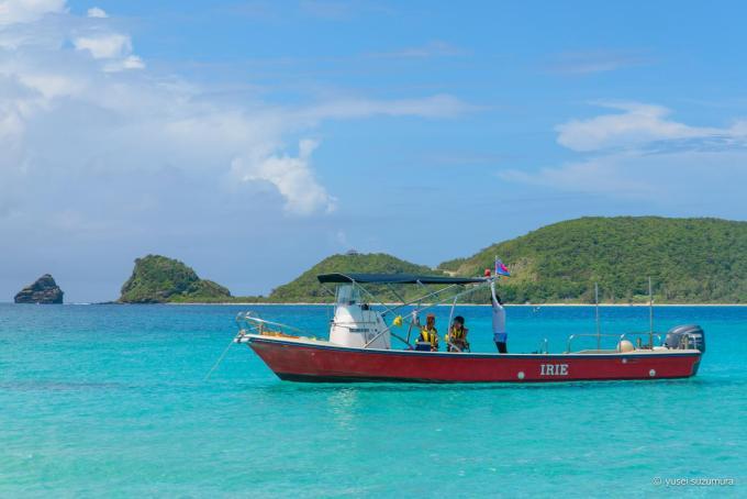 ケラマブルーの海の船