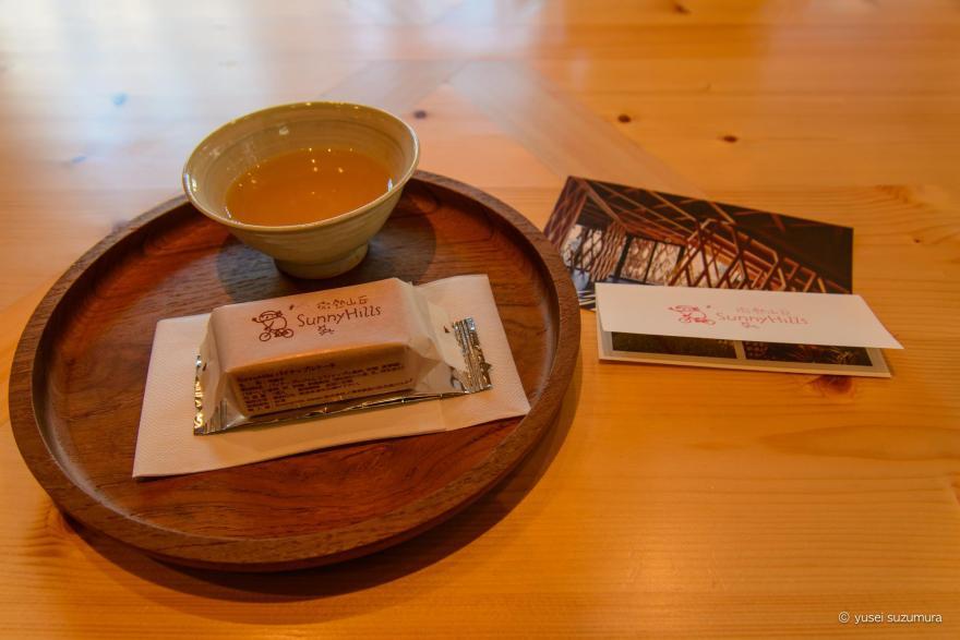Sunnyhills(微熱山丘)で出される無料のパイナップルケーキとお茶