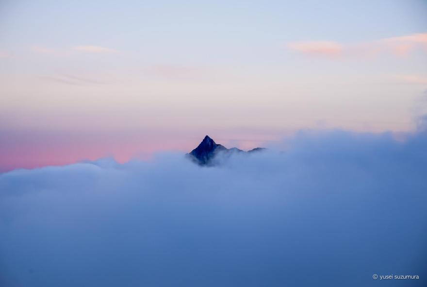 雲の隙間から見える夕暮れの槍ヶ岳