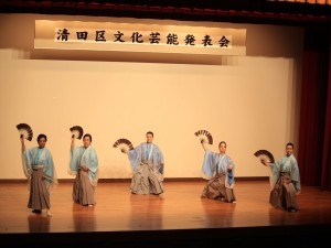 伝統の踊りを披露