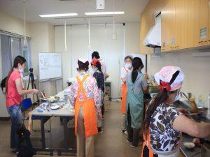 調理するボランティアの女性たち