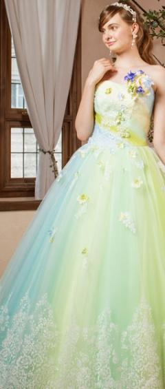ふんわりとやわらかいイメージの花の胸元とグリーンとブルーのチュールのドレス