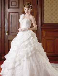 フリルが斜めに入ったナチュラルモードなドレス