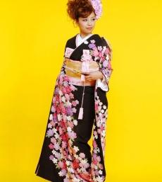 桜のモチーフを流線的に並べて愛らしい『神田うの』プロデュースの本振袖