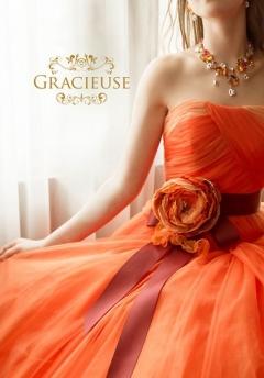 スタイリッシュな中にも重ねたチュールレース使いが可愛い!ベルトのフラワーリボンも印象的で存在感窮るドレス