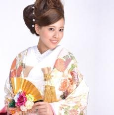 糸巻きに菊花を合わせ優しい色打掛。