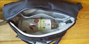 【アークテリクス・マカ2レビュー|大人気ミニバッグのサイズ感やコーデ術を紹介】ペットボトル画像