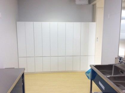 壁一面を全て収納棚に。サイズ感覚が調整できるのはオーダー家具ならではの強みです。