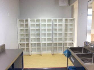 扉を開けると沢山の収納スペースが。すべて可動式になってますので収納物に合わせて好きな空間を作ることができます。