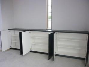 扉内部は3つの収納スペースに。中は全て可動式になっているので収納物にあわせて自由な棚を作ることができます。
