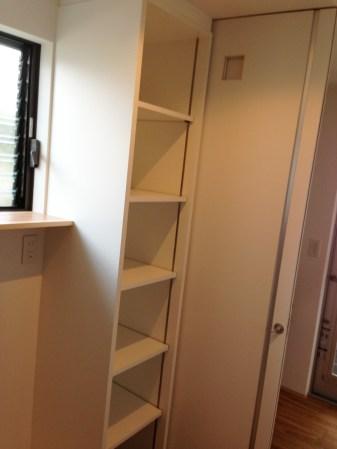 お部屋の空いたスペースを埋める為埋め込み式の隙間収納を製作しました。