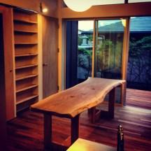 一枚板を贅沢に使った高級感溢れるダイニングテーブルです。木の風合いを生かすため、あえて耳を残し唯一無二のデザインに仕上げました。