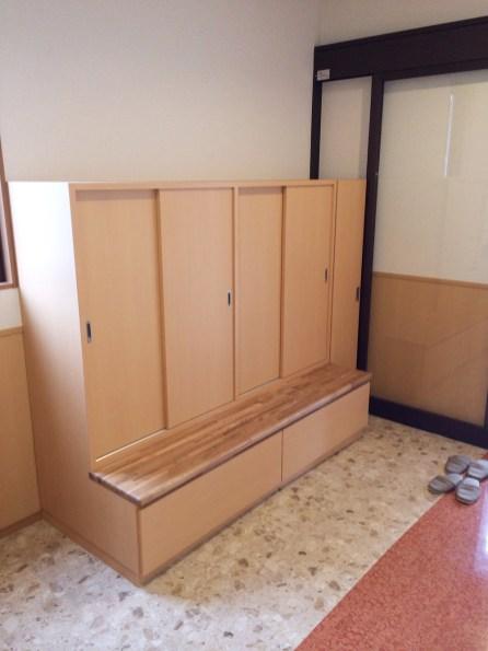 収納とベンチが一体型になった玄関収納棚を製作しました。
