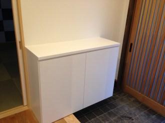 白をベースに清潔感のある玄関収納棚を製作しました。