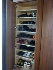 扉内部にはたくさんの靴が収納できるように棚板を設置。