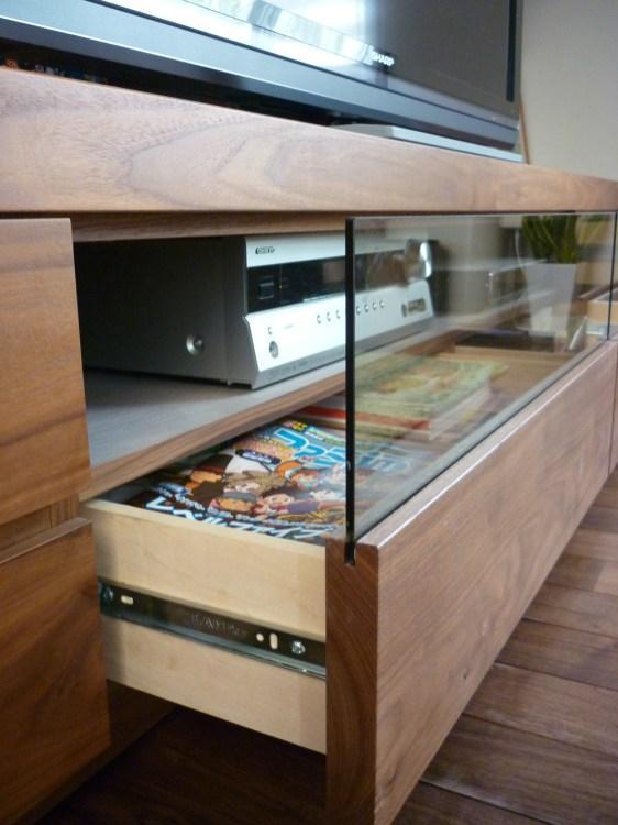 壁面収納テレビ台の中央の収納スペースは強化ガラスを使用。また開閉をスムーズに行う為にフルオープンスライドレールを使用しております。見えないところにも一工夫!使い勝手のある設計になっています。