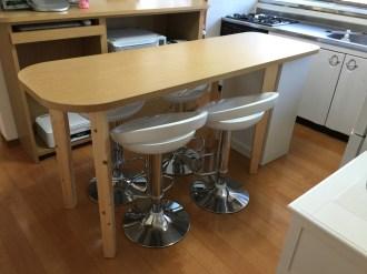 天然木を贅沢に使ったダイニングテーブルです。角を丸くし柔らかい雰囲気に仕上げました。
