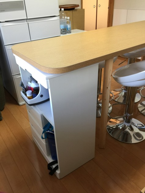 ダイニングテーブルの高さに合わせて収納棚を製作しました。