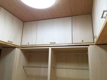 天然木を贅沢に使い上段に収納棚を設置。