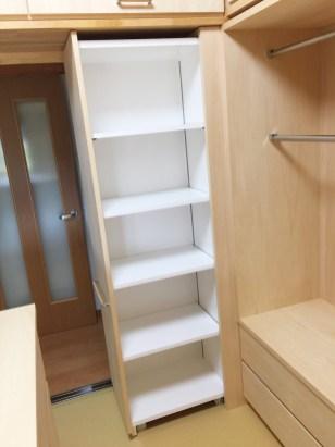 内部には高さ調整ができる可動棚を設置。お好みの収納物を収納することができます。